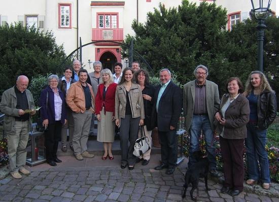 Foto: Die Teilnehmer/innen der Jungweinprobe vor dem Eingang zum Schlossrestaurant